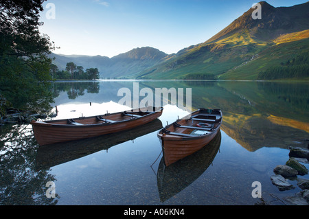 boats on the shore of Buttermere at dawn Cumbria Lakes District Cumbria England UK - Stockfoto