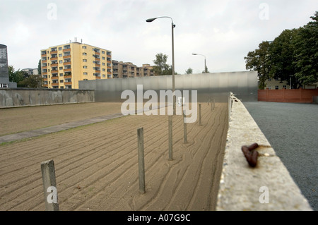 PRESERVED PART OF THE SO CALLED NO MANS LAND OR DEATH STRIP AT THE BERLIN WALL MEMORIAL BERLIN GERMANY EUROPE EU - Stockfoto