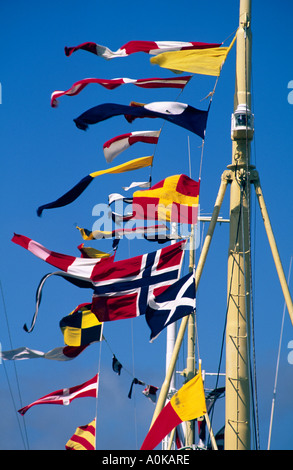 Flags and pennons on yacht mast - Stockfoto