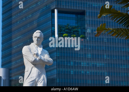 Boat Quay SINGAPORE Statue Sir Stamford Raffles riverside river side Landing Site famous place tourist  tele telefoto - Stock Photo