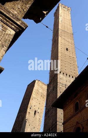Torre garisenda and torre asinelli le due torri the - Piazza di porta saragozza bologna ...