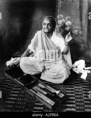 Kasturba Gandhi wife of Mahatma Gandhi spinning wheel Rare studio photograph 1940 - Stockfoto