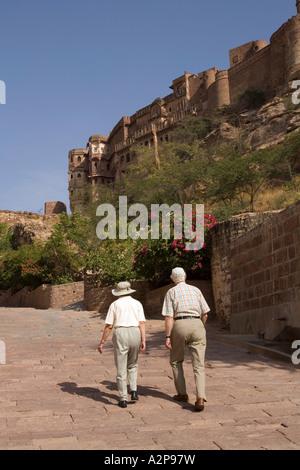 India Rajasthan Jodhpur elderly western visitors walking up to Fort Meherangarh - Stockfoto