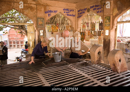 India Rajasthan Jodhpur old city older western visitors in covered well - Stockfoto