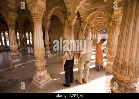 India Rajasthan Jodhpur older western tourists in Maha Mandir the great temple - Stockfoto