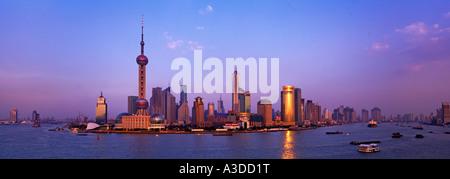 Shanghai Skyline viewed over the Huangpu River China - Stockfoto