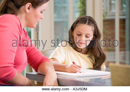 Mother watching daughter draw - Stockfoto