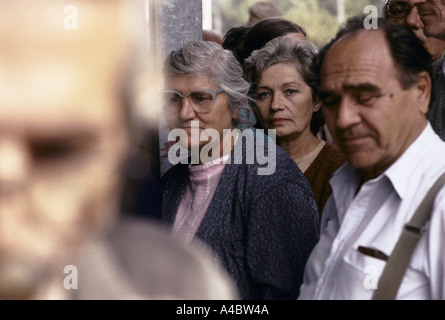 People queue for food from the Red Cross in the Serb-controlled area of Gabivica, Saravejo, September 1992 - Stockfoto