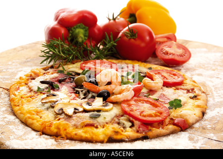 Fresh pizza and ingredients, close-up - Stockfoto