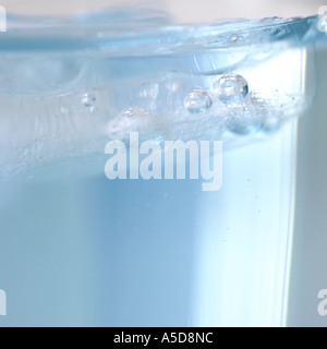 Air bubbles in a water glass, close-up - Stockfoto