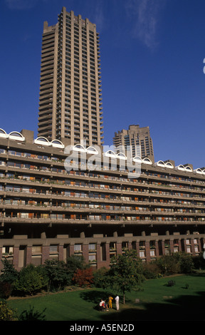 Barbican city of London family group in the communal gardens of the Barbican housing complex PHOTO HOMER SYKES - Stock Photo