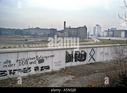 A VIEW FROM WEST BERLIN GERMANY ACROSS THE WALL INTO THE EAST PHOTO TERRY FINCHER - Stockfoto