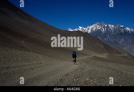 PICTURE CREDIT DOUG BLANE Doug Blane mountain biking around the Annapurna Circuit in the Himalayan Kingdom of Nepal - Stock Photo