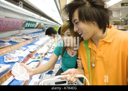 Teenage couple shopping in grocery store - Stockfoto