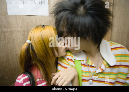Teenage couple kissing - Stockfoto