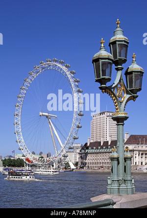 Londoner Westminster Bridge verzierten drei Lampe Cluster auf Brüstung mit River Thames British Airways Millennium - Stockfoto