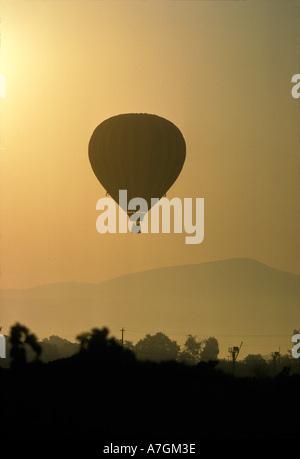 Hot air balloon lifting over Napa valley at sunrise. - Stockfoto