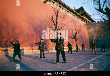 Old Chinese men and women practice Tai Qi Tai Chi outside the Forbidden City The Imperial Palace Museum in Beijing - Stockfoto