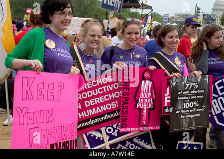 Young women on the mall in Washington protest Bush s stance on abortion - Stockfoto