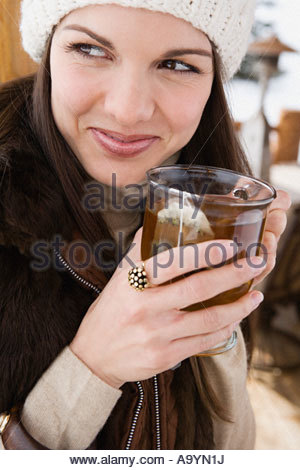 Young woman with cup of tea - Stockfoto
