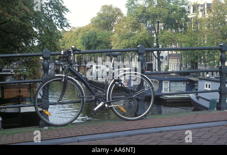 A bicycle on a bridge in Amsterdam the Netherlands - Stockfoto
