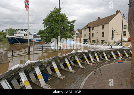Flood barriers alongside River Severn in spate June 27 2007 Upton upon Severn Worcs UK - Stock Photo