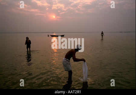 KUMBH MELA INDIA 2001 AS THE SUN SETS OVER ALLAHABAD THE MILLIONS OF PILGRIMS CONTINUE TO WASH AND PRAY 2001 - Stock Photo