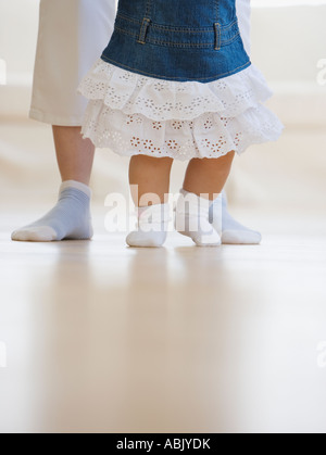 Mother helping baby walk - Stockfoto