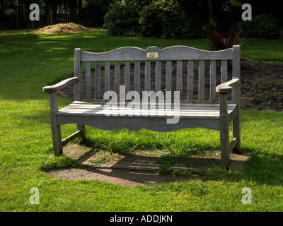 Memorial Bench in Mansion House Gardens Nonsuch Park Cheam Surrey England - Stockfoto