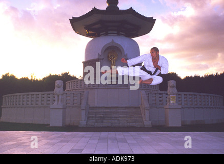 PICTURE CREDIT DOUG BLANE Sean Roberts Karate Yoko Tobi Geri flying side kick Nippon Myohoji Buddhist Peace Pagoda - Stock Photo