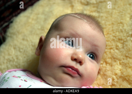Newborn Baby lying on fleece - Stockfoto