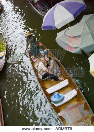 Couple in a boat by floating market - Stockfoto