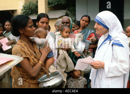Mother Teresa with mothers and children at her Mission in Calcutta India - Stockfoto
