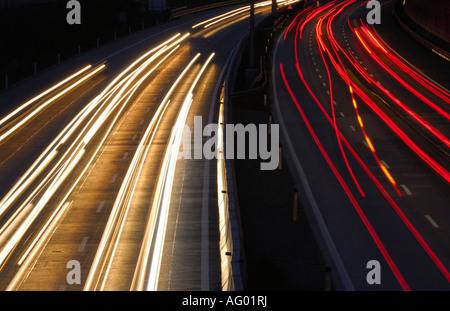 CAR LIGHTS TRAILS ON ROAD AT NIGHT. FRANKFURT AM MAIN , GERMANY. - Stockfoto