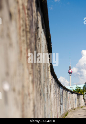 Berlin Wall at East Side Gallery and Television Tower in distance in Berlin Germany 2006 - Stockfoto