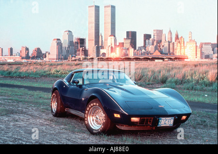 'NEW YORK', NY, Chevrolet Corvette 'old car' with Manhattan Skyline in Background - Stock Photo