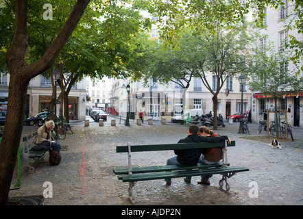 Couple on a bench on Place du Marche Saint Honore - Stockfoto