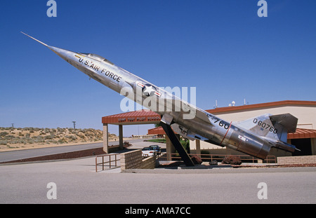 California Edwards Air Force Base USAF Test Pilot School building exterior F 104A Starfighter on display - Stockfoto