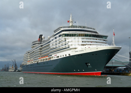Queen Victoria at Berth 101 in Southampton harbour viewed from Mayflower Park - Stockfoto