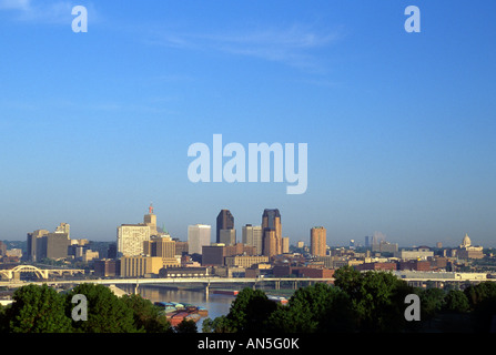 VIEW OF ST. PAUL, MINNESOTA SKYLINE, STATE CAPITOL AND MISSISSIPPI RIVER FROM INDIAN MOUNDS PARK. SUMMER SUNRISE. - Stock Photo