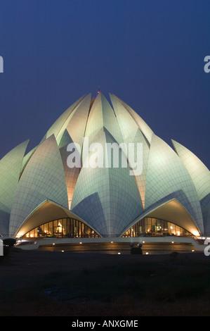 INDIA, Delhi, South East Delhi: Bahai Temple (b.1986) evening - Stockfoto