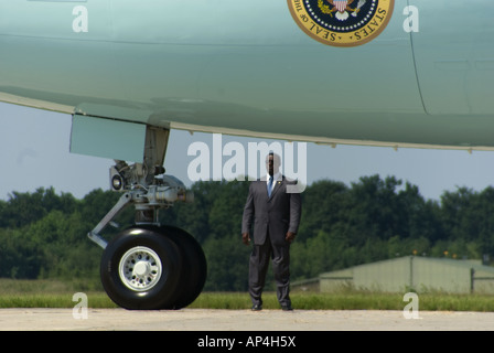 Secret agent for the US administration stands guard as the US president George Bush departs from Rostocks Airport - Stock Photo