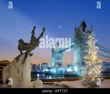 GB - LONDON: Christmas at Tower Bridge - Stock Photo