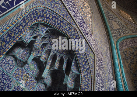 Abstract floral detail of the intricate tile work interior of the Sheik Lotfallah mosque, Naghsh-i Jahan Square, - Stockfoto
