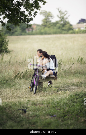 A couple sitting on a bench talking - Stockfoto