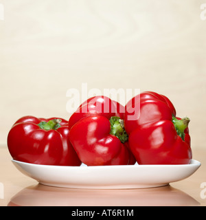 Red bell peppers on plate, close-up - Stockfoto