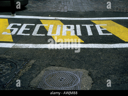 Safety stenciled text in French on street. - Stock Photo