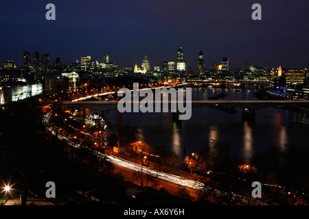 Panoramic view down the River Thames past Waterloo Bridge towards The City of London - Stockfoto