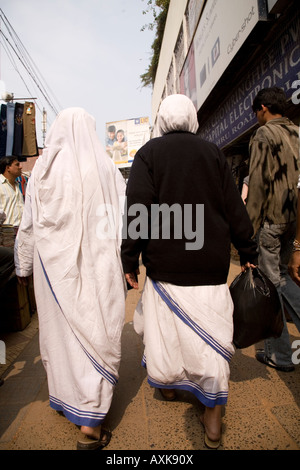 Nuns from the Missionaries of Charity Mother Teresa's order walk along one of Kolkata's streets. - Stockfoto
