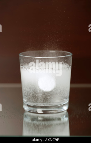 Glass of water with a sparkling pill in it, close-up, high angle view - Stockfoto